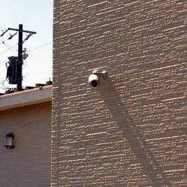 住居の外壁に取り付けられた防犯カメラの写真